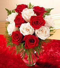 Elazığ ucuz çiçek gönder  5 adet kirmizi 5 adet beyaz gül cam vazoda