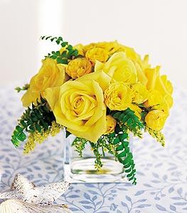 Elazığ çiçek , çiçekçi , çiçekçilik  cam içerisinde 12 adet sari gül