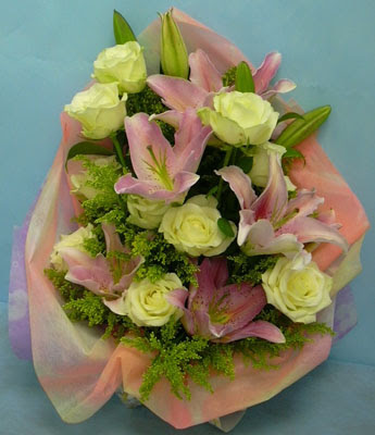 11 adet gül ve 2 adet kazablanka buketi  Elazığ İnternetten çiçek siparişi