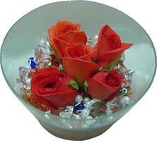 Elazığ hediye çiçek yolla  5 adet gül ve cam tanzimde çiçekler