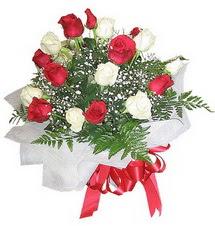 Elazığ kaliteli taze ve ucuz çiçekler  12 adet kirmizi ve beyaz güller buket