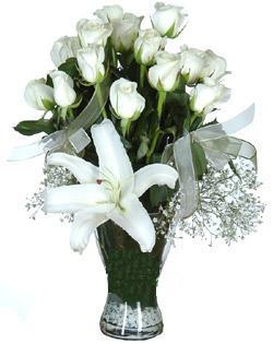 cam içerisinde 11 beyaz gül ve 1 kazablanka  Elazığ çiçek yolla , çiçek gönder , çiçekçi