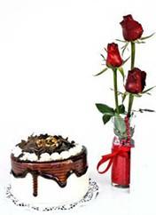 Elazığ çiçek gönderme  vazoda 3 adet kirmizi gül ve yaspasta