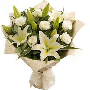 Elazığ çiçekçi mağazası  3 dal kazablanka ve 7 adet beyaz gül buketi