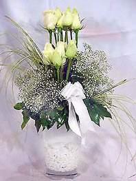 Elazığ çiçekçi telefonları  9 adet vazoda beyaz gül - sevdiklerinize çiçek seçimi