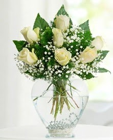 Cam içerisinde 7 adet beyaz gül  Elazığ çiçek , çiçekçi , çiçekçilik