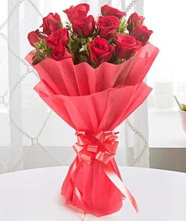 12 adet kırmızı gülden modern buket  Elazığ hediye sevgilime hediye çiçek