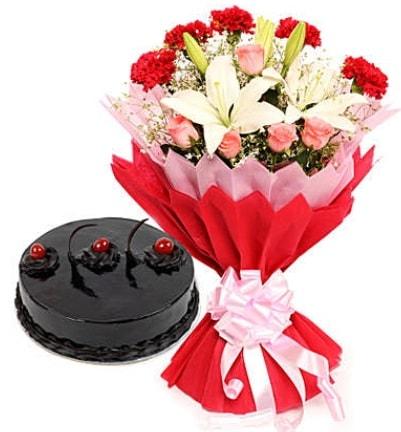 Karışık mevsim buketi ve 4 kişilik yaş pasta  Elazığ online çiçekçi , çiçek siparişi
